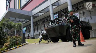 Anggota TNI berjaga di depan Panser Anoa yang disiagakan di kawasan perbelanjaan Glodok, Jakarta, Rabu (17/4). Pada hari pencoblosan Pemilu 2019, pusat perbelanjaan di kawasan Glodok tutup dan dijaga aparat. (Liputan6.com/Faizal Fanani)