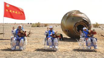 FOTO: 3 Astronot China Kembali ke Bumi Usai Selesaikan Misi Luar Angkasa