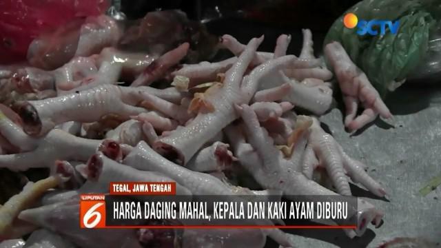 Harga daging ayam masih mahal di Tegal, Jawa Tengah, warga berburu kepala dan ceker ayam untuk bahan makanan.