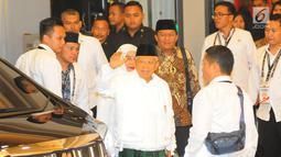 Cawapres nomor urut 01 Ma'ruf Amin berserta istri tiba di lokasi debat keempat Pilpres 2019 di Hotel Shangri-La, Jakarta, Sabtu (30/3). Debat dimoderatori Retno Pinasti dan Zulfikar Naghi, serta sembilan panelis. (Liputan6.com/AnggaYuniar)