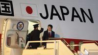 PM Jepang Shinzo Abe tiba di Bandara Internasional Ministro Pistarini, Buenos Aires, Argentina, Kamis (29/11). Abe tiba di Argentina untuk menghadiri KTT G20. (AP Photo/Martin Mejia)