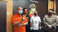 JT, pelaku penganiayaan perawat RS Siloam Sriwijaya Palembang Sumsel ditangkap tim Polrestabes Palembang dan ditetapkan sebagai tersangka penganiayaan dan perusakan (Liputan6.com / Nefri Inge)