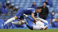 Bek Chelsea, Cesar Azpilicueta, berebut bola dengan gelandang Crystal Palace, Eberechi Eze, pada laga lanjutan Liga Inggris di Stamford Bridge, Sabtu (3/20/2020) malam WIB. Chelsea menang 4-0 atas Crystal Palace. (AFP/Kirsty Wigglesworth/pool)