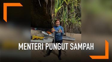 Menteri Kelautan dan Perikanan Susi Pudjiastuti memungut sampah di lingkungan pantai Pangandaran Jawa Barat. Ia pun sampaikan pesan kepada para pengunjung pantai; Apa pesannya?