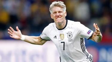 Gelandang Jerman, Bastian Schweinsteiger melakukan selebrasi usai mencetak gol ke gawang Ukraina di kualifkasi grup C Piala Eropa 2016 di Stadion Stade Pierre-Mauroy, Perancis, (12/6). Jerman menang atas Ukraina dengan skor 2-0. (REUTERS/Carl Recine)
