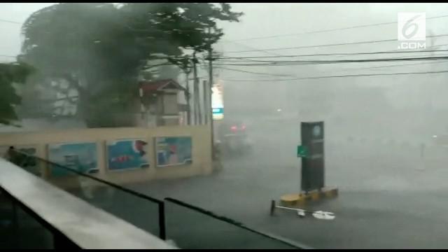 Hujan dan angin kencang melanda Kota Semarang selain membuat sejumlah pohon roboh, angin kencang merusak atap sebuah hotel.