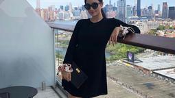 Aktris kelahiran 1997 ini tampil dengan tema outfit all black yang dipadukan dengan high heels berwarna sama. (Liputan6.com/IG/@tatjanasaphira)