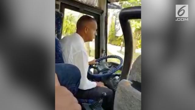 Seorang sopir punya gaya unik saat memindahkan persneling busnya. Tingkahnya pun jadi perbincangan warganet.