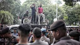 Sejumlah massa menggelar Aksi Bela OSO di depan Gedung KPU, Jakarta, Rabu (16/1). Massa juga meminta KPU memasukkan nama Oesman Sapta Odang (OSO) ke Daftar Calon Tetap (DCT) anggota DPD. (Liputan6.com/Faizal Fanani)