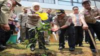 Menteri Sosial Khofifah Indar Parawansa menanam dan menyiram tanaman sebagai bagian dari komitmen Tagana harmoni dengan alam pada HUT Tagana ke-11 di Tagana Training Center Sentul Bogor, Jawa Barat, Selasa (24/3/2015).