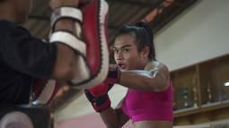 Ekspresi Nong Rose saat melakukan latihan Muay Thai di provinsi Chachoengsao, Thailand (15/12). Nong Rose akan menjadi petinju Muay Thai transgender pertama yang bertanding di Prancis. (AFP Photo)
