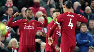 Pemain Liverpool Georginio Wijnaldum (kiri) merayakan golnya ke gawang West Ham bersama Virgil van Dijk pada pertandingan Liga Inggris di Stadion Anfield, Liverpool, Inggris, Senin (24/2/2020). Liverpool mengalahkan West Ham dengan skor 3-2. (AP Photo/Jon Super)