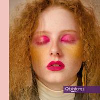 Permainan warna soft dan shocking pink memberi twist pada tersendiri tren makeup season ini.
