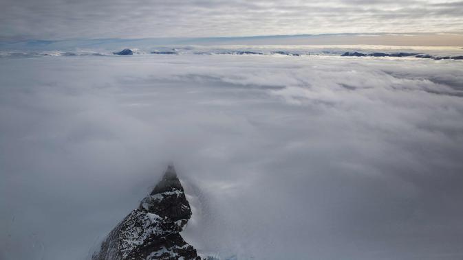 Puncak gunung dikelilingi laut es mengapung di lepas pantai Antartika (31/10). (Mario Tama/Getty Images/AFP)#source%3Dgooglier%2Ecom#https%3A%2F%2Fgooglier%2Ecom%2Fpage%2F2019_04_14%2F618858
