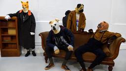 Sejumlah model mengenakan topeng anjing berpose saat membawakan kreasi Julien David untuk koleksi Fall / Winter 2018/2019 dalam Paris Men Fashion Week di Paris (17/1). (AFP Photo/Bertrand Guay)