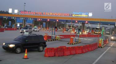 Sejumlah mobil memasuki gerbang tol Kalikangkung, Semarang, Minggu (9/6/2019). Arus balik satu jalur diberlakukan dari tol jatingaleh untuk mengurangi penumpukan, arus balik yang terjadi puncaknya sabtu malam di tol Kalikangkung. (Liputan6.com/Gholib)