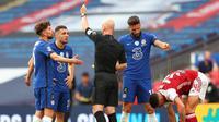 Pemain Chelsea memprotes keputusan wasit Anthony Taylor pada final Piala FA 2019/2020 kontra Arsenal di Stadion Wembley, London, Sabtu (1/8/2020). (AFP/Catherine Ivill)