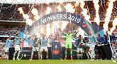 Pemain Manchester City Vincent Kompany (tengah) mengangkat trofi Piala FA 2018/2019 bersama rekan-rekannya di Stadion Wembley, London, Inggris, Sabtu (18/5/2019). The Citizens menjuarai Piala FA 2018/2019 usai mengalahkan Watford dengan skor 6-0. (Reuters/John Sibley)