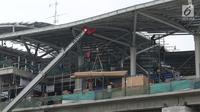 Pekerja beraktivitas saat pembangunan Stasiun kereta LRT Velodrome Rawamangun, Jakarta, Selasa (17/7). LRT fase 1 rute Kelapa Gading-Velodrome Rawamangun sepanjang 5,8 kilometer ditarget selesai jelang Asian Games 2018. (Liputan6.com/Helmi Fithriansyah)