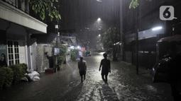 Warga melintasi banjir yang merendam kawasan Cipinang, Jakarta Timur, Minggu (23/2/2020) dini hari. Ketinggian banjir mencapai selutut orang dewasa. Menurut warga banjir ini merupakan yang terparah dibandingkan banjir awal tahun 2020. (merdeka.com/Iqbal S. Nugroho)