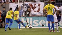 Striker Brasil, Neymar mencetak gol melalui penalti dari kotak penalti. (AP Photo/Julio Cortez)