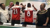 Madura United memperkenalkan dua pemain asing baru, Mamadou Samassa (Prancis) dan Milad Zeneyedpour (Iran), Jumat (3/8/2018). (Bola.com/Aditya Wany)