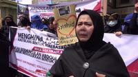Massa aksi juga membawa poster yang isinya mendukung Anzorov.