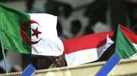 Dari ki-ka: bendera Aljazair, Mesir dan Sudan berkibar pada 16 November 2009, dua hari jelang partai play-off PD di Stadion Al Merreikh, Khartoum, Sudan. AFP PHOTO/KHALED DESOUKI