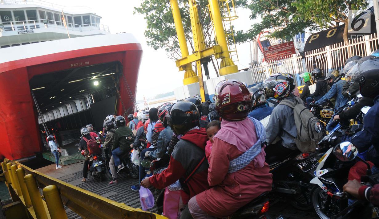 Ratusan pemudik berkendara sepeda motor memasuki dek kapal penyeberangan di Dermaga 1 Pelabuhan Penyebrangan Merak, Banten, Sabtu (1/6/2019). Diperkirakan puncak arus mudik menuju pulau Sumatera akan terjadi pada Sabtu (1/6) dan Minggu (2/6). (Liputan6.com/Helmi Fithriansyah)