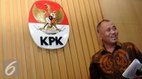 Ketua KPK Agus Rahardjo tertawa usai rapat koordinasi di Gedung KPK, Jakarta, Senin (15/2). Rapat membahas soal tindak lanjut dan pengawasan atas pengelolaan pertambangan mineral dan batubara serta sektor energi tahun 2016. (Liputan6.com/Helmi Afandi)
