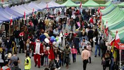 Orang-orang mengunjungi pasar Natal di pusat kota Beirut, Lebanon, pada 13 Desember 2020. Baru-baru ini, berbagai dekorasi Natal telah dipasang di pusat kota Beirut untuk menyambut liburan Natal dan Tahun Baru mendatang meski sedang dilanda pandemi COVID-19 dan krisis ekonomi. (Xinhua/Bilal Jawich)