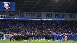 Ada foto pemilik Leicester, Vichai Srivaddanaprabha, sebelum laga Everton melawan Brigton di Stadion Goodison Park, Liverpool, Sabtu (3/11). Pria asal Thailand itu meninggal dunia akibat kecelakaan helicopter. (AFP/Oli Scarff)