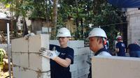 Duta besar negara perwakilan di Indonesia membangun rumah layak huni di Bogor. (Dokumentasi Habitat for Humanity Indonesia)