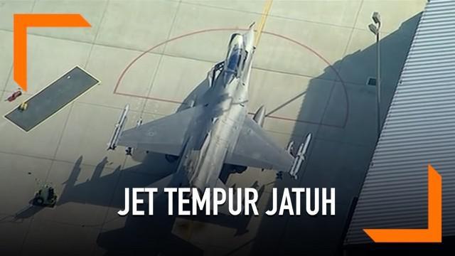 Pesawat jet tempur F-16 jatuh menimpa bangunan di California. Pilot berhasil melontarkan diri.