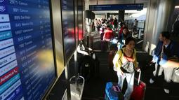 Kesibukan Bandara Internasional Los Angeles (LAX) sebelum perayaan Thanksgiving  di Los Angeles, Rabu (23/11). Di Amerika Serikat, tradisi mudik dilakukan saat hari perayaan Thanksgiving yang jatuh setiap Kamis keempat di November. (REUTERS/David McNew)