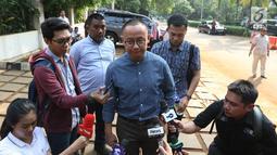 Sekjen PAN Eddy Soeparno memberi keterangan saat tiba di rumah Prabowo Subianto di Kertangara, Jakarta, Jumat (28/6/2019). Prabowo menggelar silaturahmi antarpartai koalisi yang telah saling memberi dukungan sepanjang proses Pilpres 2019. (Liputan6.com/Angga Yuniar)