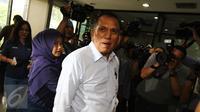 Chairuman Harahap diantara para awak media di gedung KPK, Jakarta, Selasa (11/10).  Politisi Golkar itu diperiksa sebagai saksi kasus dugaan korupsi KTP Elektronik dengan tersangka mantan Dirjen Dukcapil Kemendagri Irman. (Liputan6.com/Helmi Affandi)