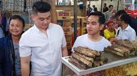 Gibran Rakabuming dan Chef Arnold saat keliling Pasar Gede, Solo, Jawa Tengah. (dok. Instagram @gibran_rakabuming/https://www.instagram.com/p/B6DWorvhuPH/Putu Elmira)