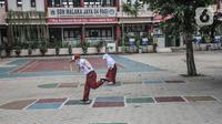Murid kelas 1 bermain di halaman sekolah sambil menunggu orang tua usai mengikuti Pembelajaran Tatap Muka (PTM) Terbatas di SDN Malaka Jaya 07 Pagi, Klender, Jakarta, Senin (30/8/2021). Kegiatan(merdeka.com/Iqbal S. Nugroho)