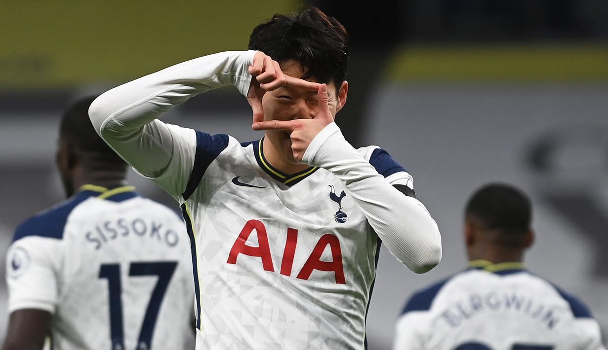 Striker Tottenham Hotspur, Son Heung-Min, merayakan gol pertama Tottenham ke gawang Manchester City dalam laga lanjutan Liga Inggris pekan ke-9 di Tottenham Hotspur Stadium, London, Minggu (22/11/2020) dini hari WIB. Tottenham menang 2-0 atas City. (AFP/Neil Hall/Pool)
