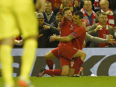 Pemain Liverpool, Adam Lallana (2kanan)  merayakan golnya ke gawang Villareal pada laga leg kedua semifinal Liga Europa di Stadion Anfield, Liverpool, Jumat (6/5/2016)  dini hari WIB. (AFP/Lluis Gene)