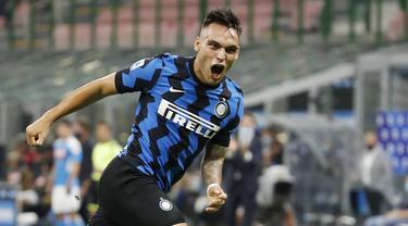 Pemain Inter Milan Lautaro Martinez melakukan selebrasi usai mencetak gol ke gawang Napoli pada pertandingan Serie A di Stadion San Siro, Milan, Italia, Selasa (28/7/2020). Inter Milan sukses menjaga posisi dua klasemen dengan mengalahkan Napoli 2-0. (AP Photo/Antonio Calanni)