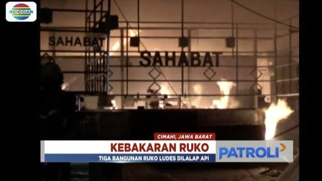 Tiga bangunan ruko di Cimahi, Jawa Barat, ludes dilalap api diduga akibat adanya korsleting listrik.
