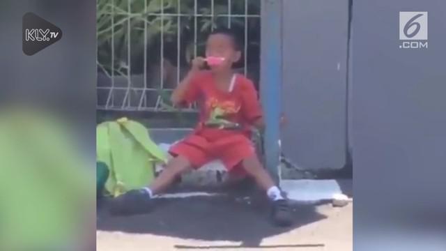 Video bocah SD mencuci muka dengan es krim membuat warganet terhibur.