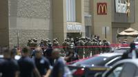 Petugas keamanan dikerahkan pasca insiden penembakan di El Paso yang menewaskan 20 orang (AP/Mark Lambie)