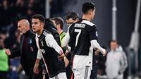 Bintang Juventus, Cristiano Ronaldo (kanan), digantikan Paulo Dybala (kiri), pada laga kontra AC Milan di Allianz Stadium, Senin (11/11/2019). (AFP/Marco Bertorello)