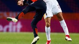 Pemain  AS Roma, Federico Fazio dan pemain Shakhtar Donetsk, Facundo Ferreyra berebut bola pada leg pertama babak 16 besar Liga Champions di Oblasny SportKomplex Metalist, Kamis (22/2). Roma dipaksa takluk 1-2 meski lebih dahulu unggul (AP/Efrem Lukatsky)