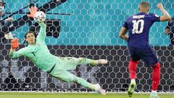 Kiper Yann Sommer sukses menjadi penentu kemenangan Swiss atas Prancis di babak 16 besar Euro 2020. (AP Photo/Vadim Ghirda, Pool)