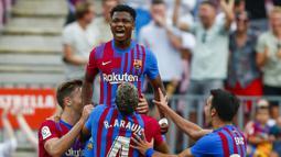 Ansu Fati. Striker Barcelona berusia 18 tahun ini langsung mencetak 1 gol pada debutnya di LaLiga musim ini saat menang 3-0 atas Levante. Musim ini adalah musim ketiganya bersama Blaugrana dan total telah bermain dalam 42 laga di semua kompetisi dengan mencetak 14 gol. (AP/Joan Monfort)