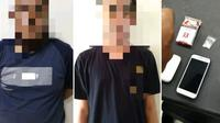 Dua orang tersangka narkotika bersama barang bukti yang diamankan Polda Sulbar (Liputan6.com/Abdul Rajab Umar)